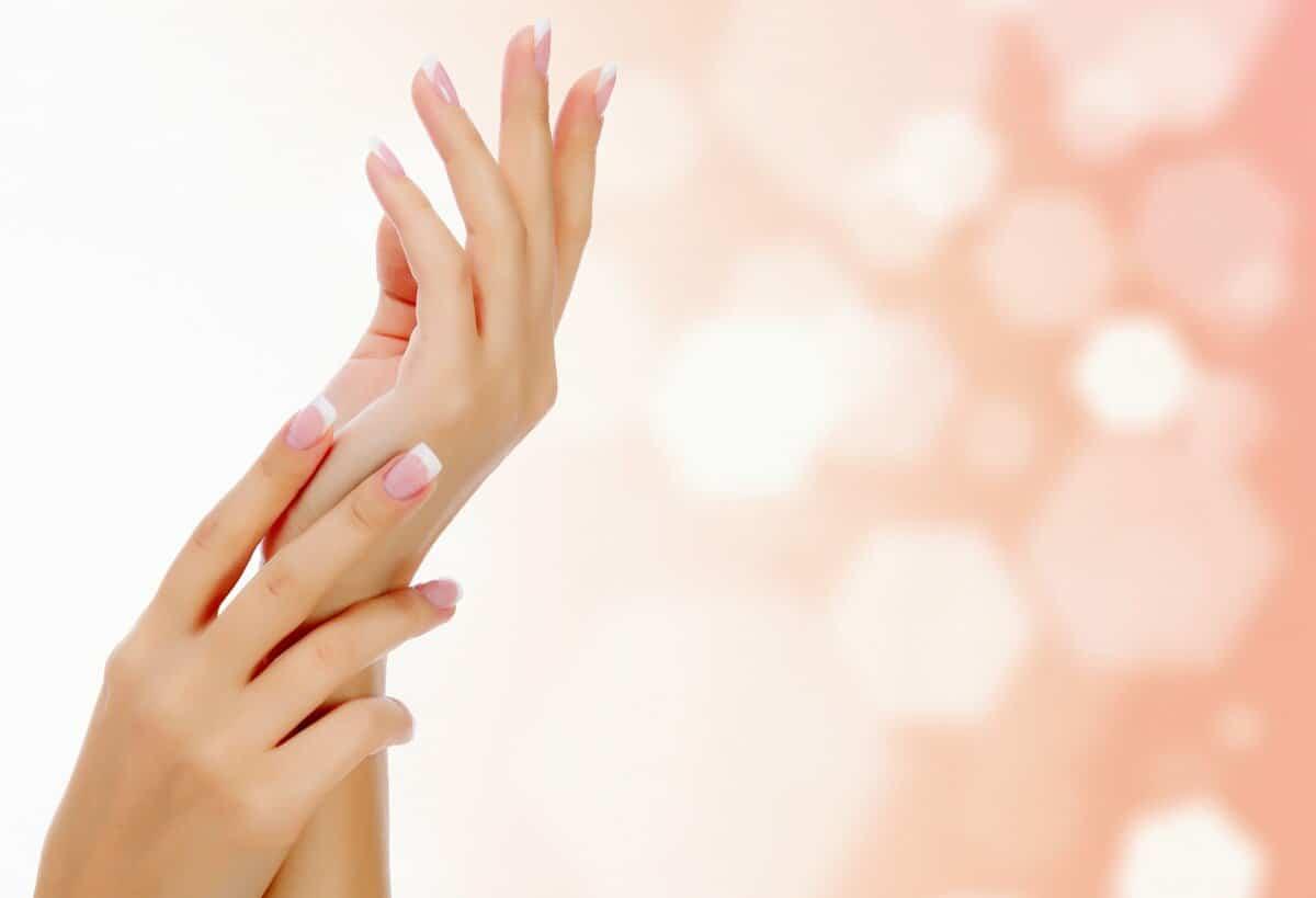 أفضل 8 وصفات لتبييض كوع اليدين